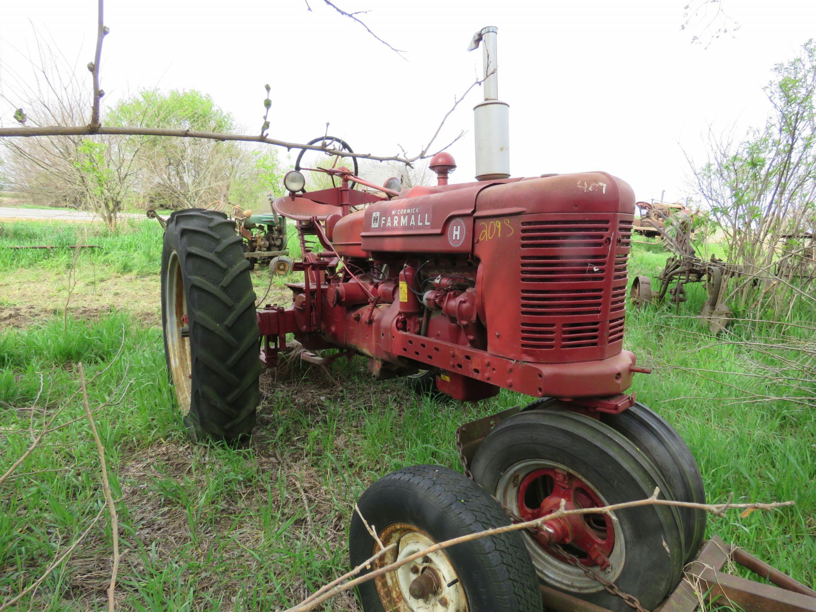 Farmall H Antique Tractor - Image 1