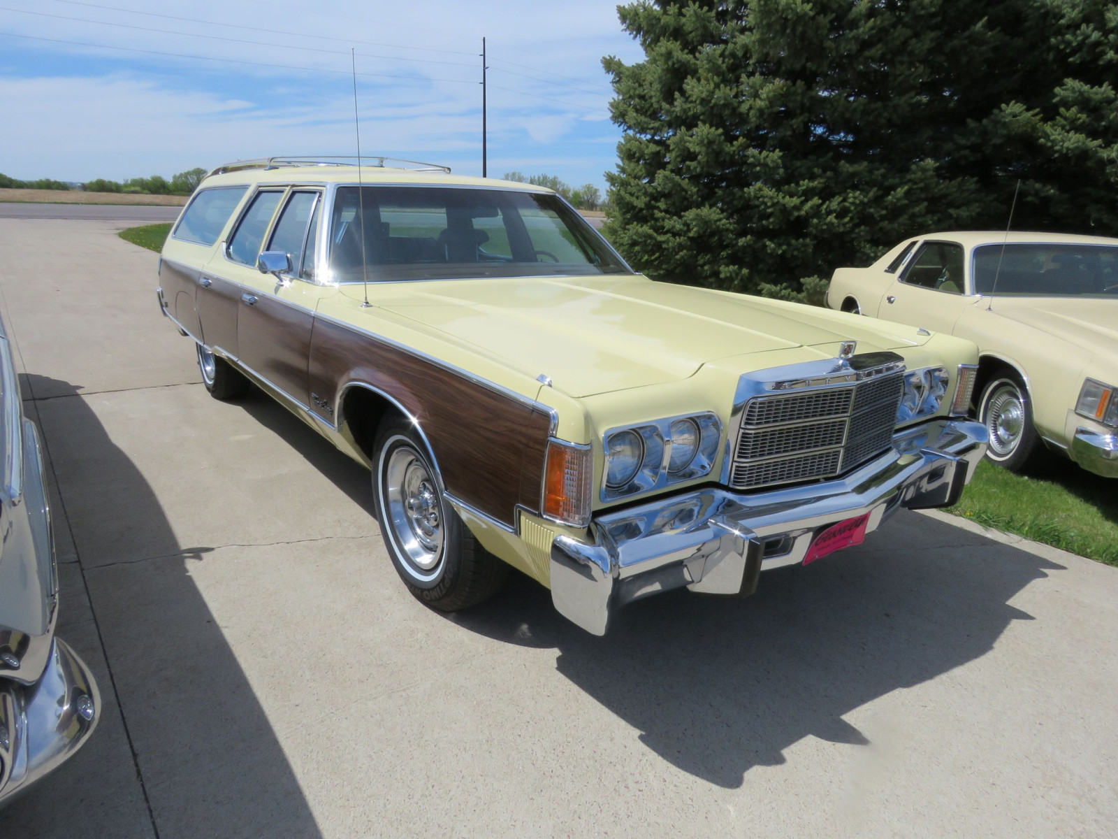 1977 Chrysler Town & Country Wagon - Image 3